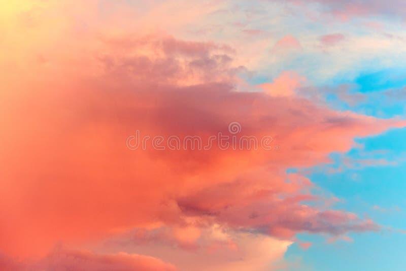 Rozerode wolken op hemelachtergrond royalty-vrije stock foto