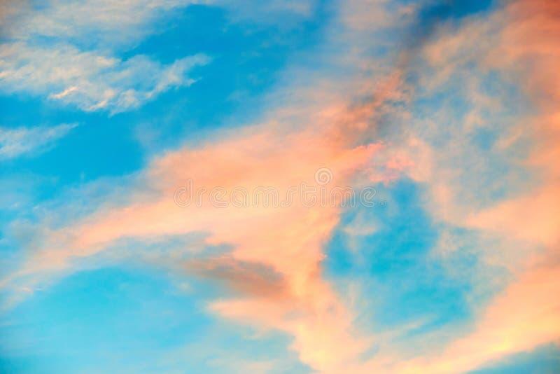Rozerode wolken op hemelachtergrond royalty-vrije stock afbeelding