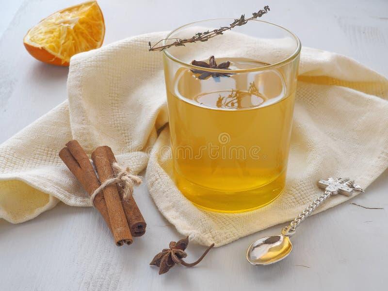 Rozgrzewkowa herbata z pomarańcze, tymiankowy sprig i anyż, gramy główna rolę Odświeżający napój obrazy stock