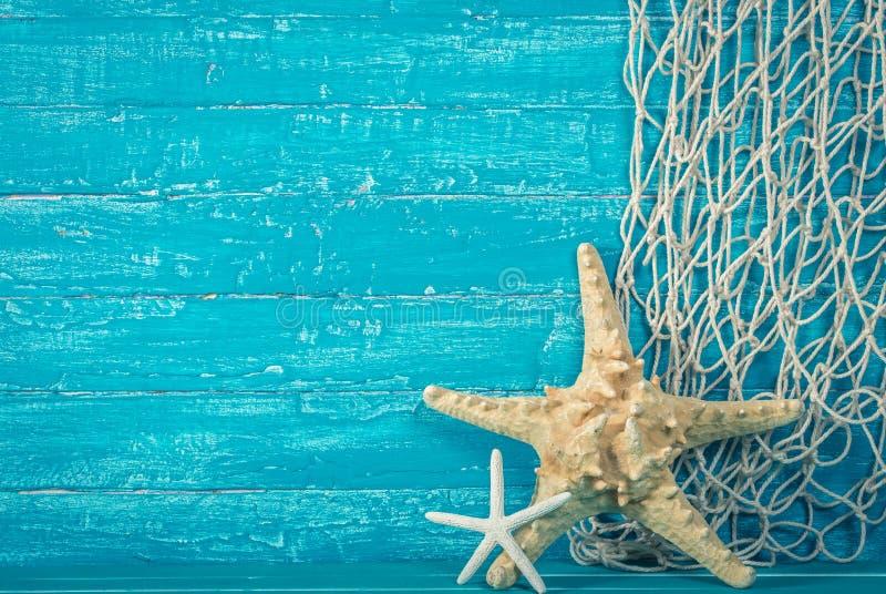 Rozgwiazda i sieć rybacka na błękicie zdjęcie royalty free