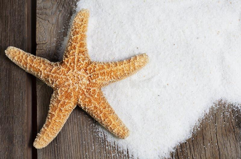 Rozgwiazda na Wietrzeć deskach z piaskiem zdjęcie royalty free
