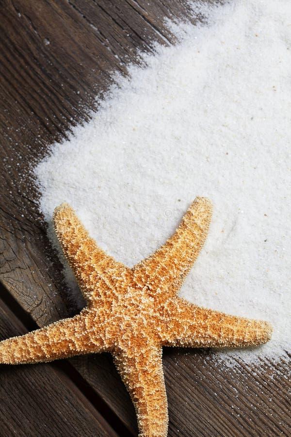 Rozgwiazda na Wietrzeć deskach z piaskiem  zdjęcia royalty free