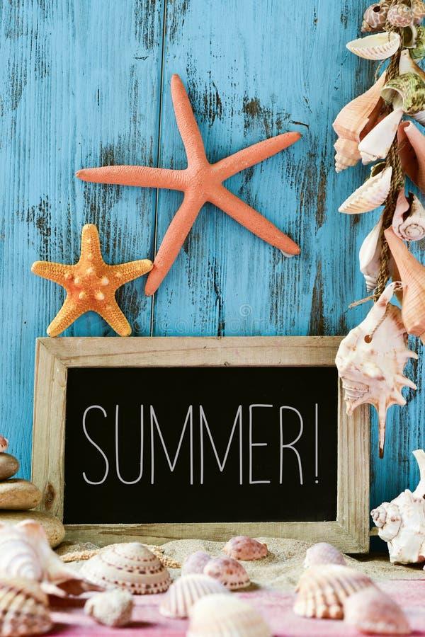 Rozgwiazdy, skorupy i teksta lato w chalkboard, obrazy stock