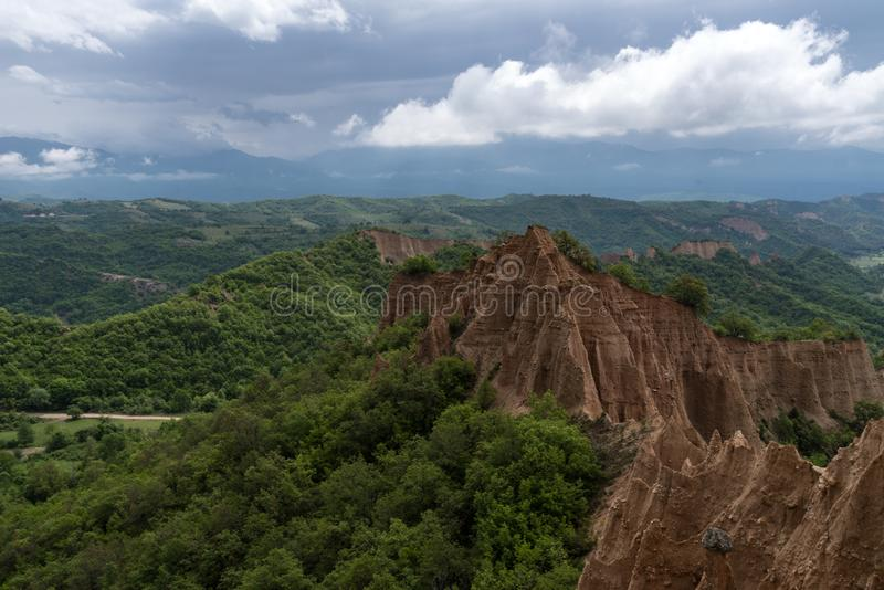 Rozhen pyramider - en unik pyramid formade bergklippor i Bulgarien arkivfoto