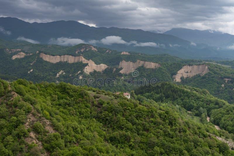 Rozhen pyramider - en unik pyramid formade bergklippor i Bulgarien royaltyfria foton