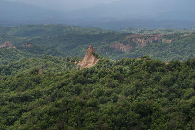 Rozhen pyramider - en unik pyramid formade bergklippor i Bulgarien royaltyfri bild