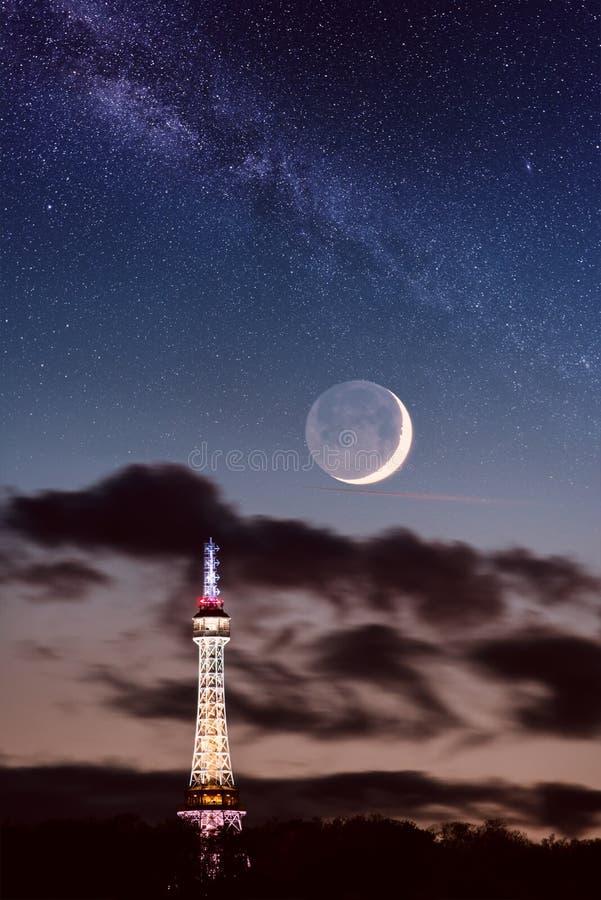 Rozhledna van de torenpetrinska van het Petrinvooruitzicht in Praag, de Tsjechische Republiek van het nachtlandschap royalty-vrije stock afbeeldingen