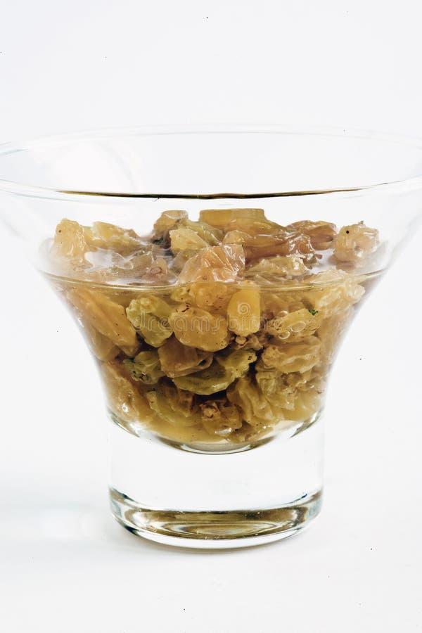 Rozijnen in een glas water royalty-vrije stock afbeeldingen