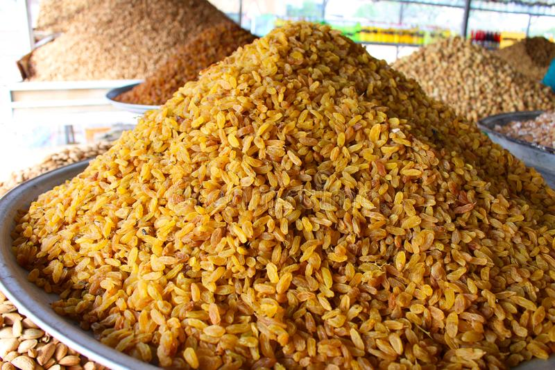 Rozijnen in een markt in Iran stock afbeelding