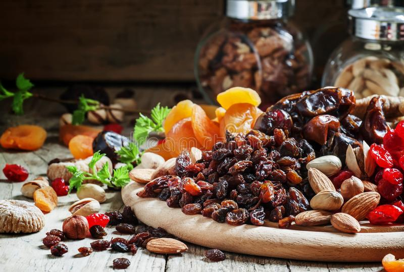 Rozijnen, krenten en rozijnen, gedroogd fruit en nootmengeling, selectieve nadruk stock foto's