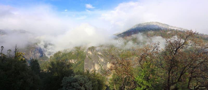 Rozjaśniać Chmurnieje nad Merced Rzeczną doliną przy słoń skałą, Yosemite park narodowy, Kalifornia obraz royalty free