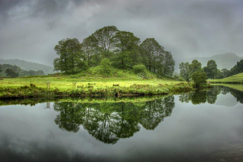 Rozjaśniać Elterwater mgłę zdjęcia royalty free