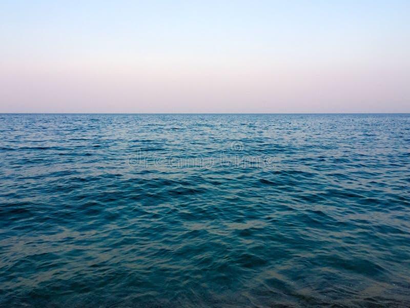 Rozjaśniający nieba i morza tło zdjęcie royalty free