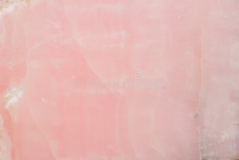 Rozjaśniający plasterka marmurowy onyks Horyzontalny wizerunek Ciepli menchia kolory Piękny zakończenie w górę tła zdjęcia royalty free