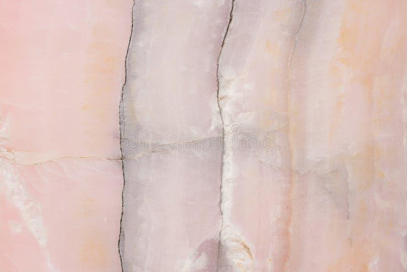 Rozjaśniający plasterka marmurowy onyks Horyzontalny wizerunek Ciepli menchia kolory Piękny zakończenie w górę tła zdjęcie royalty free