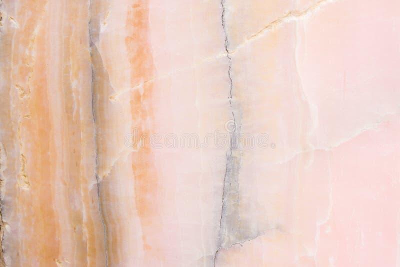 Rozjaśniający plasterka marmurowy onyks Horyzontalny wizerunek Ciepli menchia kolory Piękny zakończenie w górę tła obrazy stock