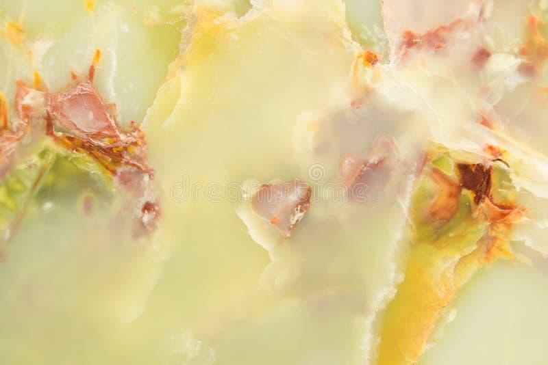 Rozjaśniający plasterka marmurowy onyks Horyzontalny wizerunek Ciepli zieleni kolory Piękny zakończenie w górę tła zdjęcia stock