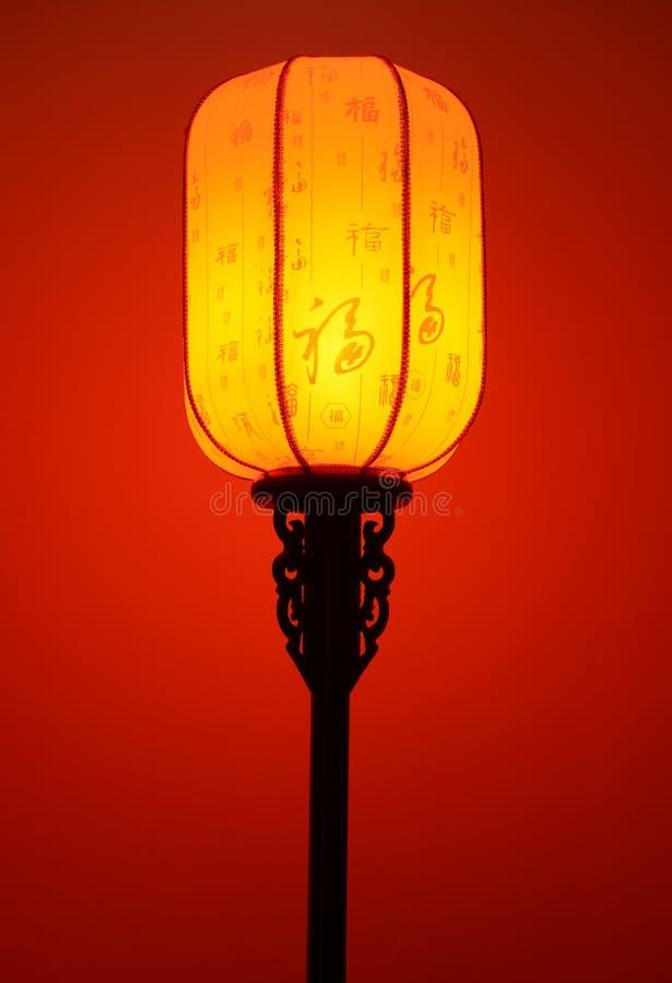rozjarzona czerwona podłogowa lampa z Chińskimi charakterami szczęście i klasyczny wzór na jaskrawym abażurku w tradycyjnym stylu obraz stock