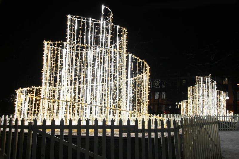 Rozjarzona fontanna święta bożego miasta wróżki Łotwy nocy prowincjonału podobnej wkrótce bajka obraz stock