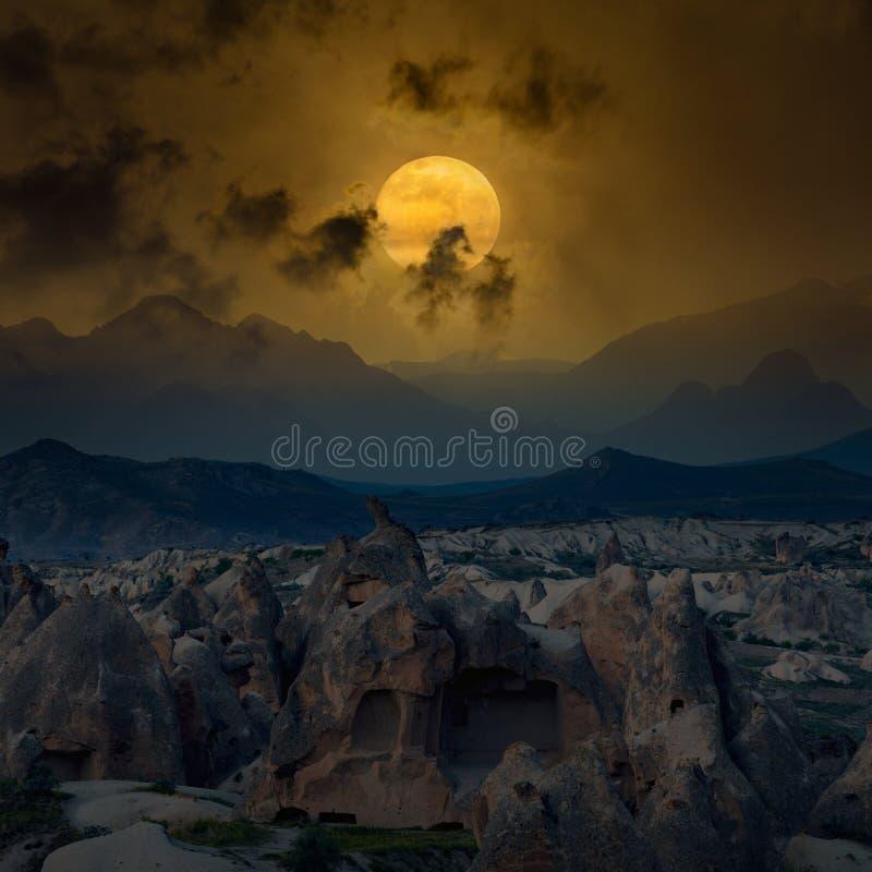 Rozjarzona księżyc w pełni wzrasta nad góry obraz royalty free