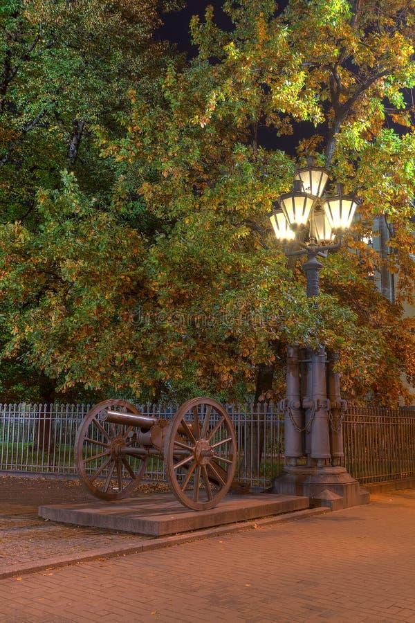 Rozjarzona latarnia uliczna i działo przy nocą zdjęcia stock