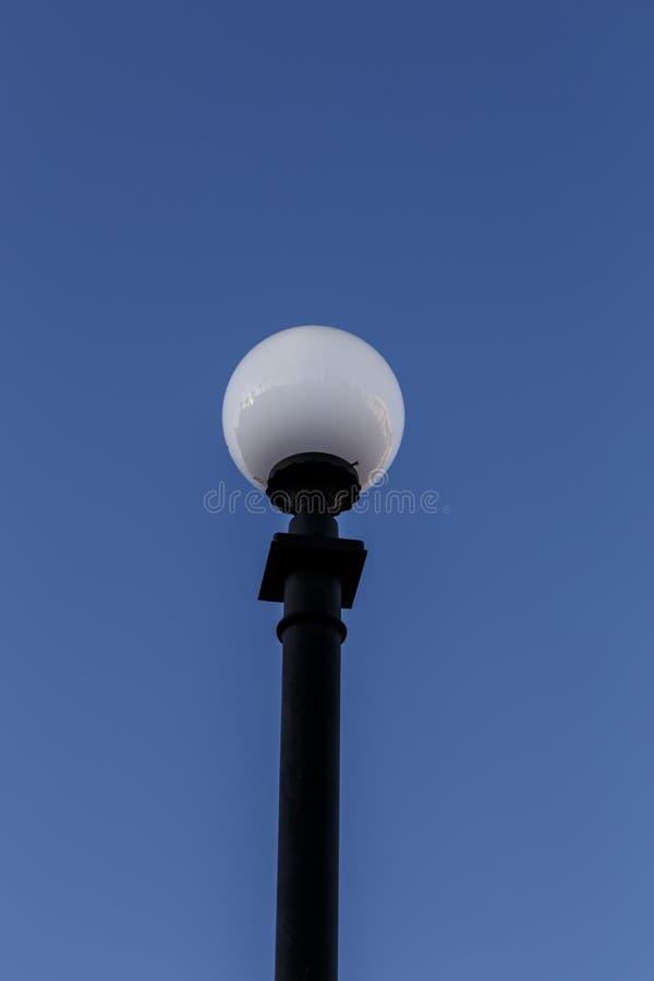 Rozjarzona latarnia uliczna z niebem obraz stock