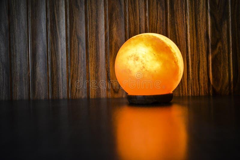 Rozjarzona piłki soli lampa   Himalajska sól zdjęcia stock