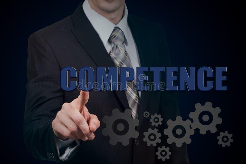 Rozjarzona przekładnia z ikony kompetencją w rękach biznesmen Biznesu i interneta pojęcie fotografia stock