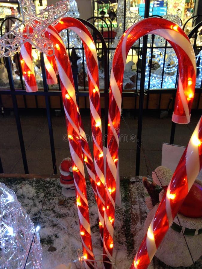 Rozjarzone Lekkie cukierek trzciny w śnieżnej Bożenarodzeniowej scenie obrazy stock