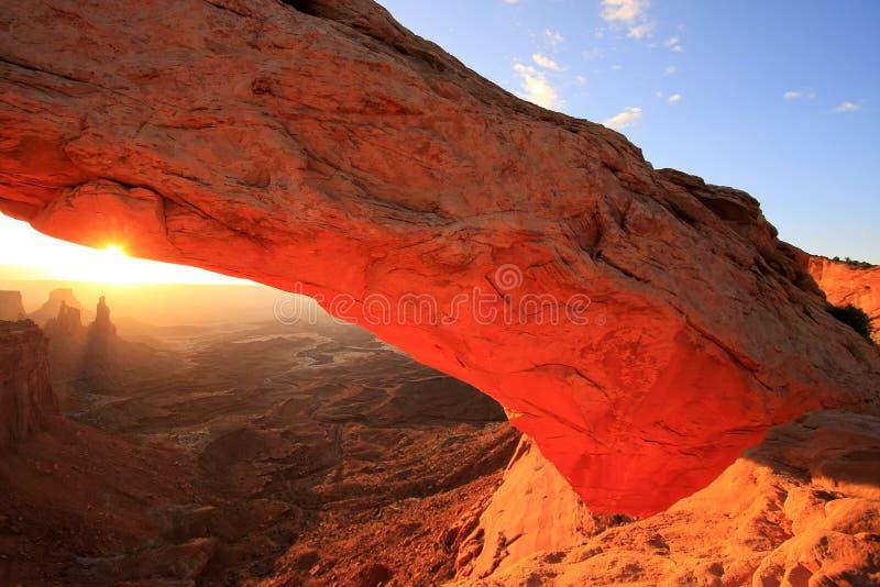 Rozjarzone mesy Wysklepiają przy wschodem słońca, Canyonlands park narodowy, Utah, U zdjęcia stock