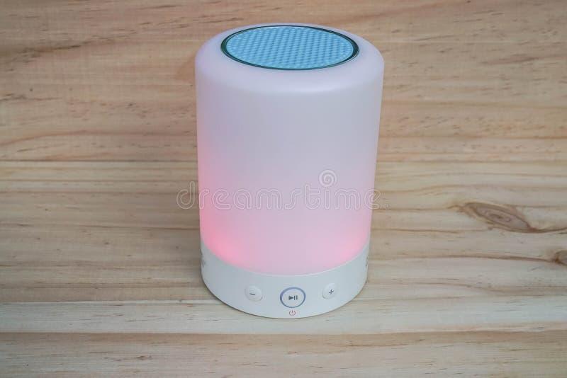 Rozjarzonego bluetooth przenośny mówca z kontrolnym guzikiem dla muzyki fotografia stock