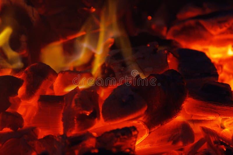 Rozjarzony Gorący węgiel drzewny Brykietuje zakończenia tła teksturę ognisko zdjęcia royalty free