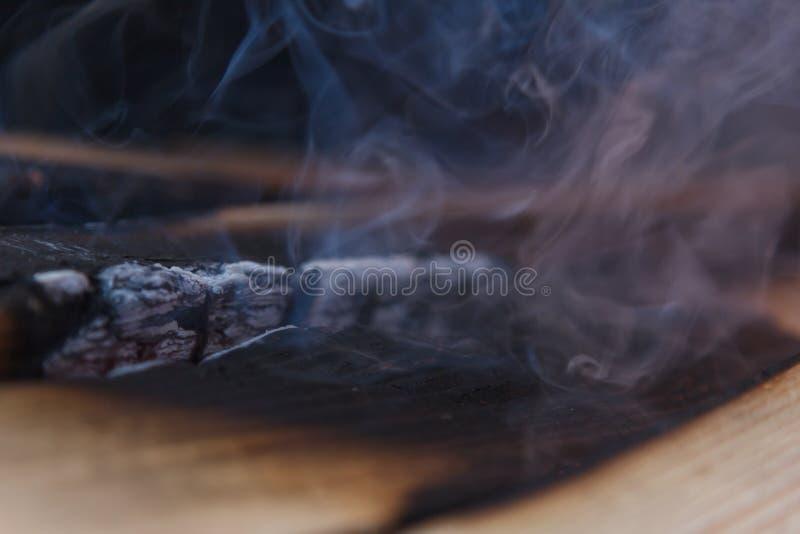 Rozjarzony Gorący węgiel drzewny Brykietuje zakończenia tła teksturę ognisko fotografia royalty free