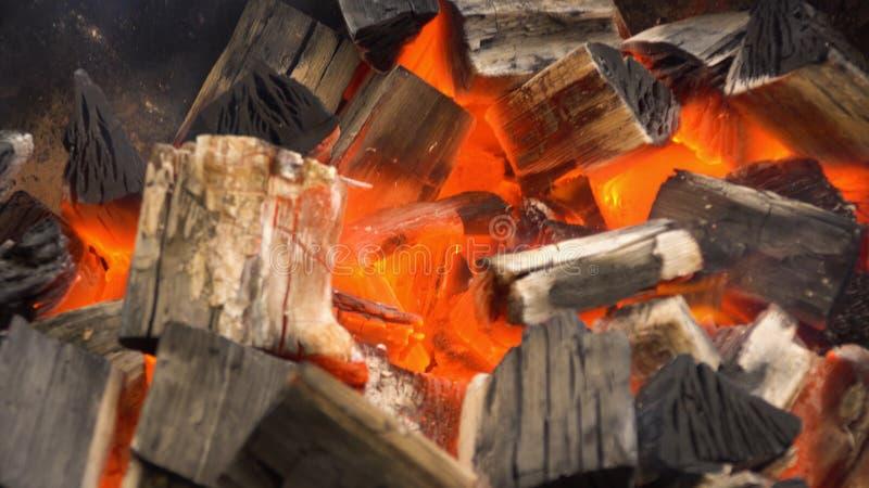 Rozjarzony Gorący węgiel drzewny W BBQ grilla jamie Z płomieniami, zakończenie Palący węgla zakończenie up obrazy royalty free