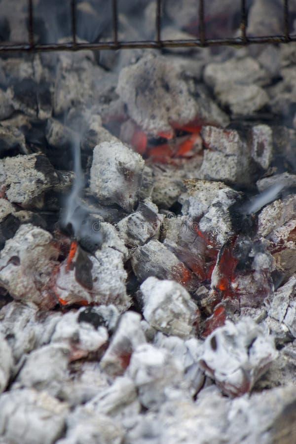 Rozjarzony gorący węgiel gotowy dla gotować, w górę, tło tekstura obraz stock