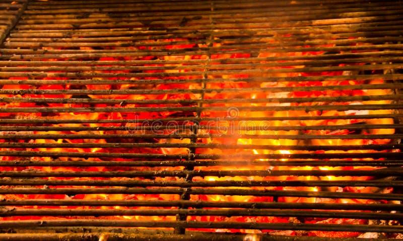 Rozjarzony i płonący gorącego naturalnego drewnianego węgiel drzewnego w ulicznym jedzenia BBQ grilla kuchenki tle obraz stock