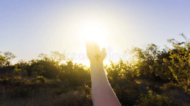 Rozjarzony krzyż w ręce kobieta Modlitwa krzyż i ręki fotografia stock