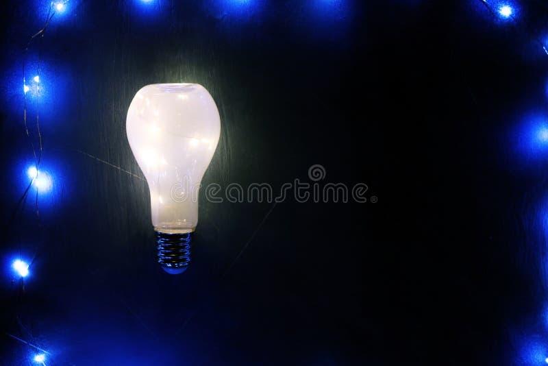 Rozjarzony lightbulb na czarnym tle obraz royalty free