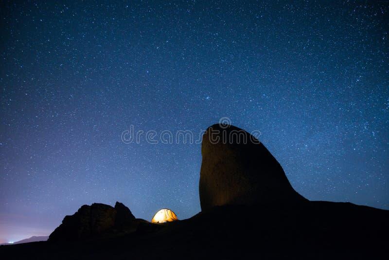 Rozjarzony namiot w górach pod gwiaździstym niebem obrazy stock