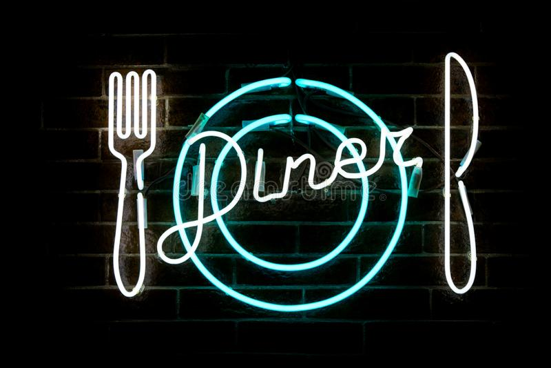 Rozjarzony Neonowy Wpisowy gość restauracji, rozwidlenie, nóż i talerz stylizujący, obraz stock
