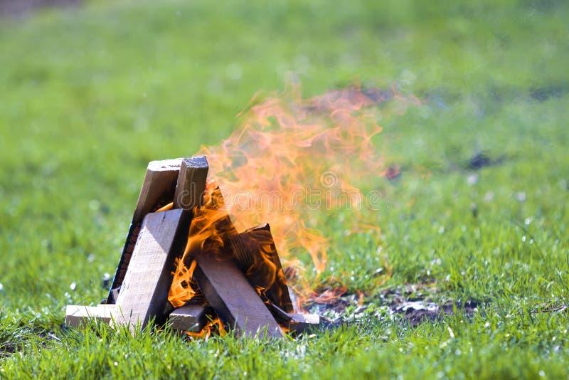 Rozjarzony ognisko na naturze Płonące drewniane deski outside na summ obraz stock
