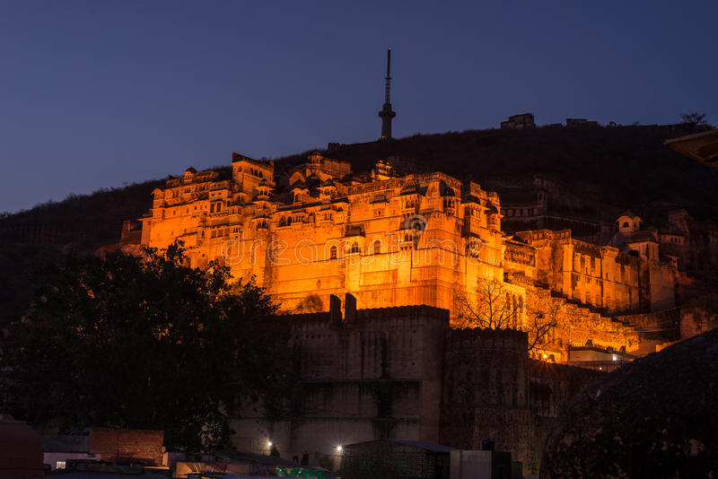 Rozjarzony pejzaż miejski przy Bundi przy półmrokiem Majestatyczny fort umieszczał na wierzchołku dominuje miasteczko Sceniczny p zdjęcia stock