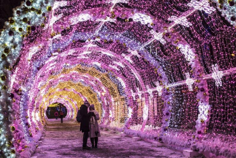 Rozjarzony tunel na Tverskoy bulwarze w nowego roku i bożych narodzeń wakacjach w wczesnym poranku, Moskwa obraz stock