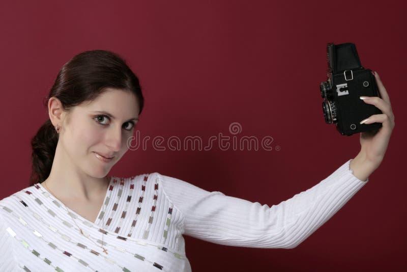 Rozkrzyczany kobiety mienie kamera zdjęcia stock