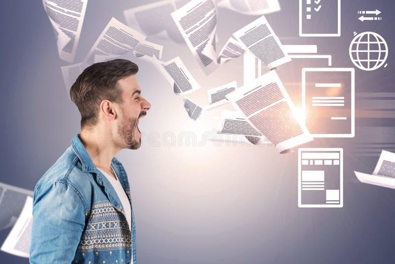 Rozkrzyczany mężczyzna, papierkowej roboty przeciążenie zdjęcia stock