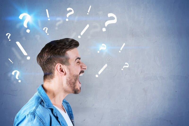 Rozkrzyczany mężczyzna, pytanie i okrzyk oceny, zdjęcie royalty free