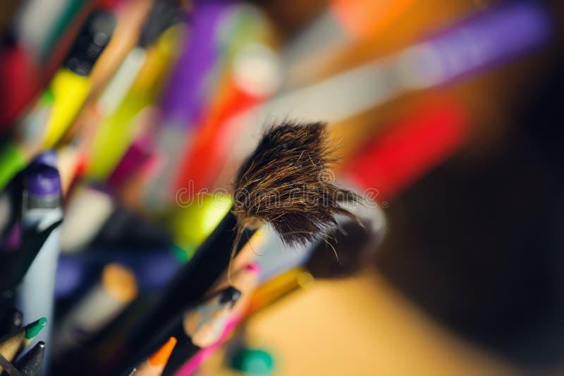 Rozkudłany paintbrush w pudełku coloured ołówki zdjęcie stock
