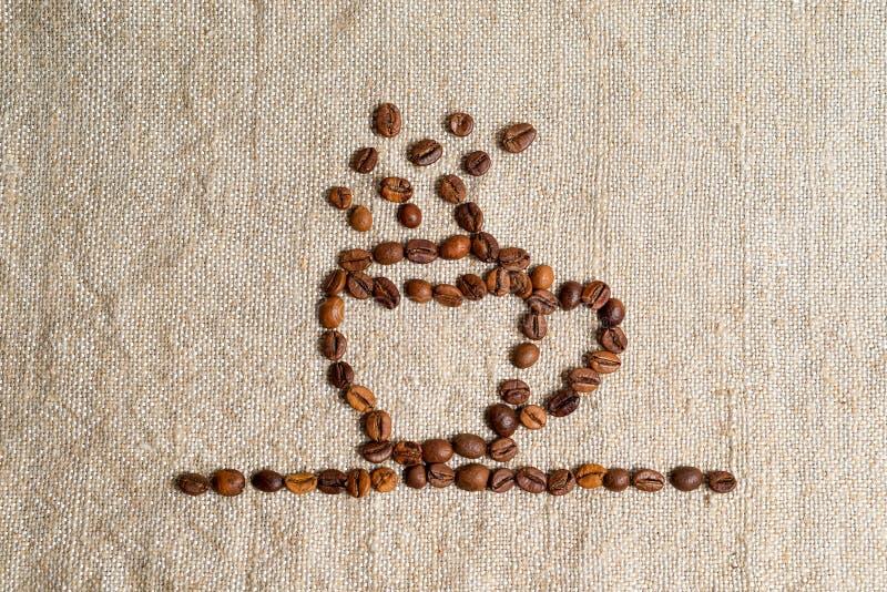 Rozlewać adra fragrant kawowy zakończenie Fotografii rama, tło Filiżanka gorący napój, wykładająca z kawowymi fasolami zdjęcia stock