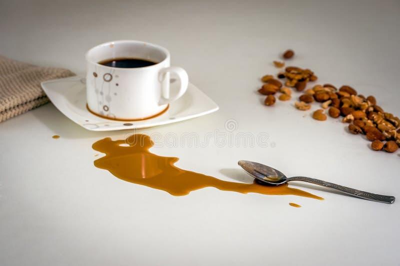 Rozlewająca coffe plama na stole fotografia royalty free