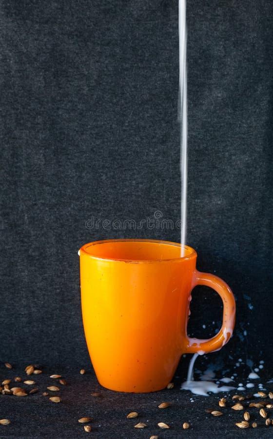 Rozlewający mleko nad stołem zdjęcia royalty free